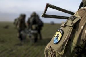 L'uniforme de la division Azov, portant la